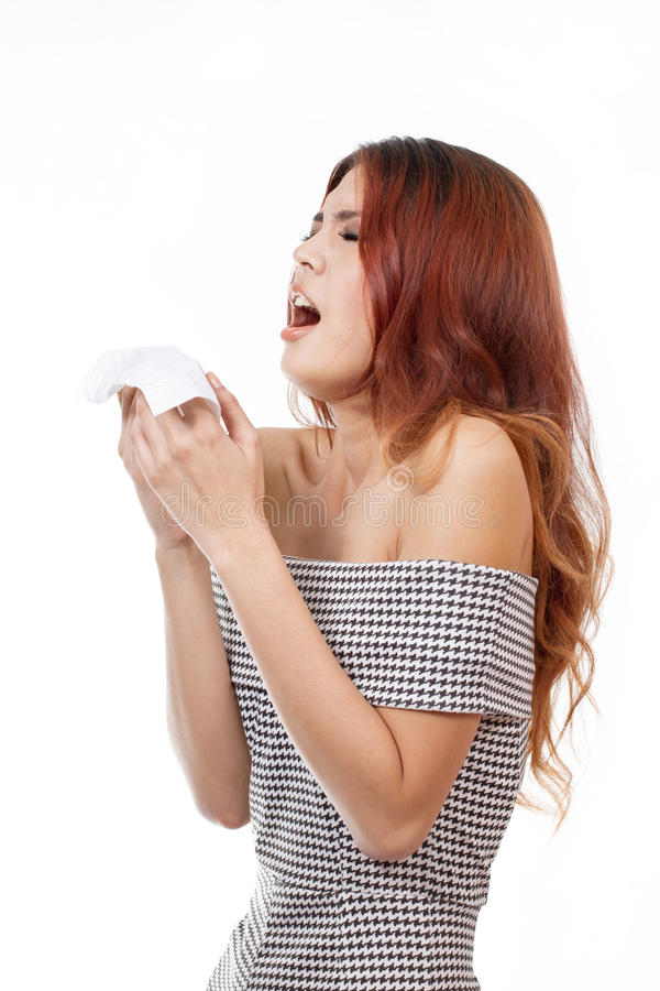 病态妇女打喷嚏由于流感,寒冷,过敏,被隔绝的白色 免版税库存图片