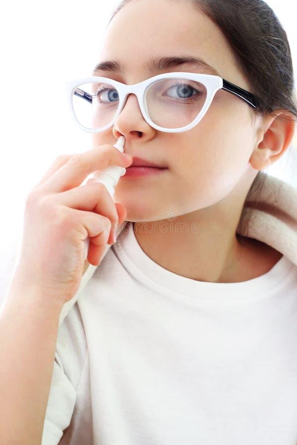 病态的女孩水滴滴鼻剂 库存图片