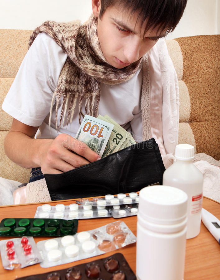病态的年轻人检查钱包 免版税图库摄影