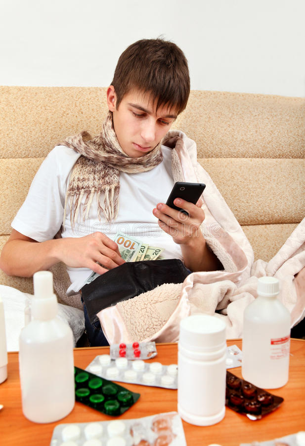 病态的年轻人检查钱包 免版税库存照片