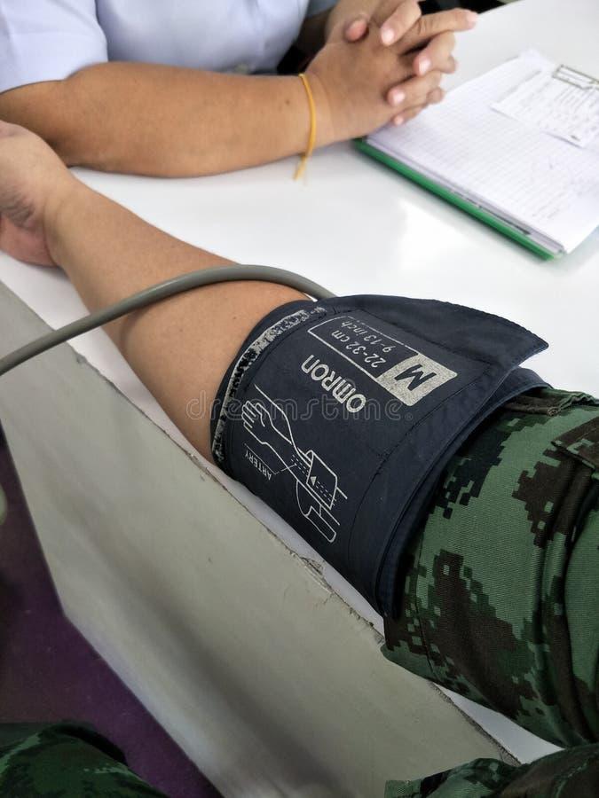 病的人民在体检的医院测量血压 2018年12月30日 库存图片