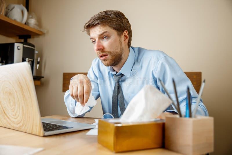 病的人,当工作在办公室,商人感冒,季节性流感时 免版税库存图片