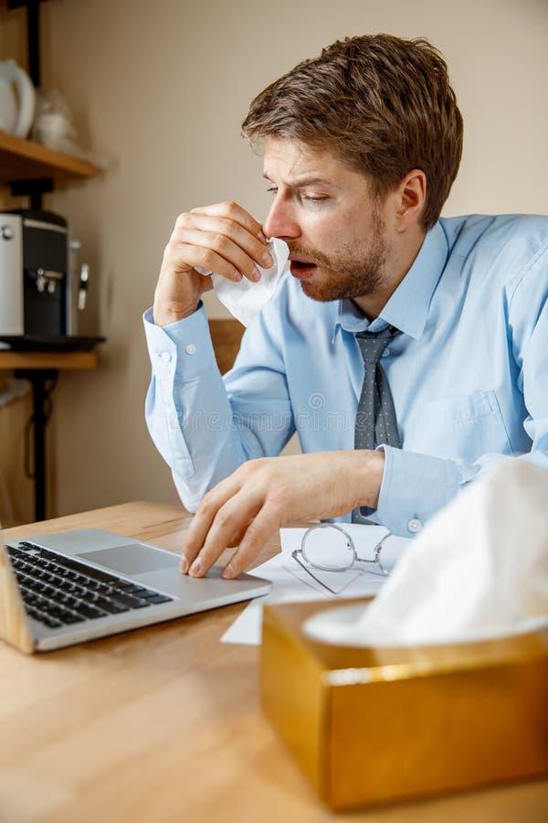 病的人,当工作在办公室,商人感冒,季节性流感时 免版税库存照片