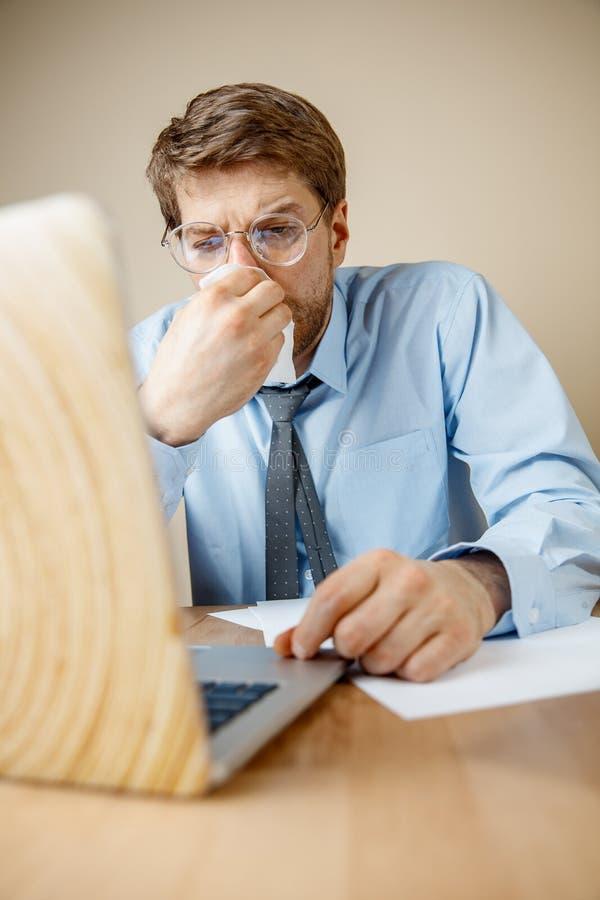 病的人,当工作在办公室,商人感冒,季节性流感时 库存图片