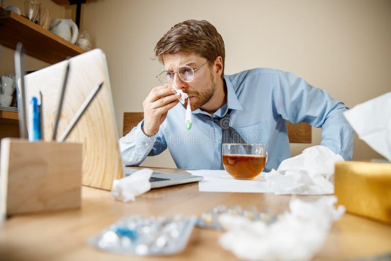 病的人,当工作在办公室,商人感冒,季节性流感时 图库摄影