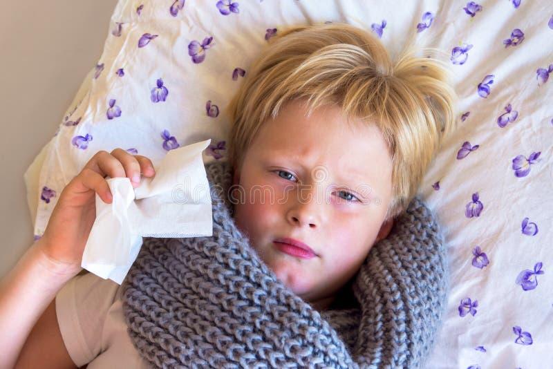 病的儿童吹的鼻子 免版税库存图片