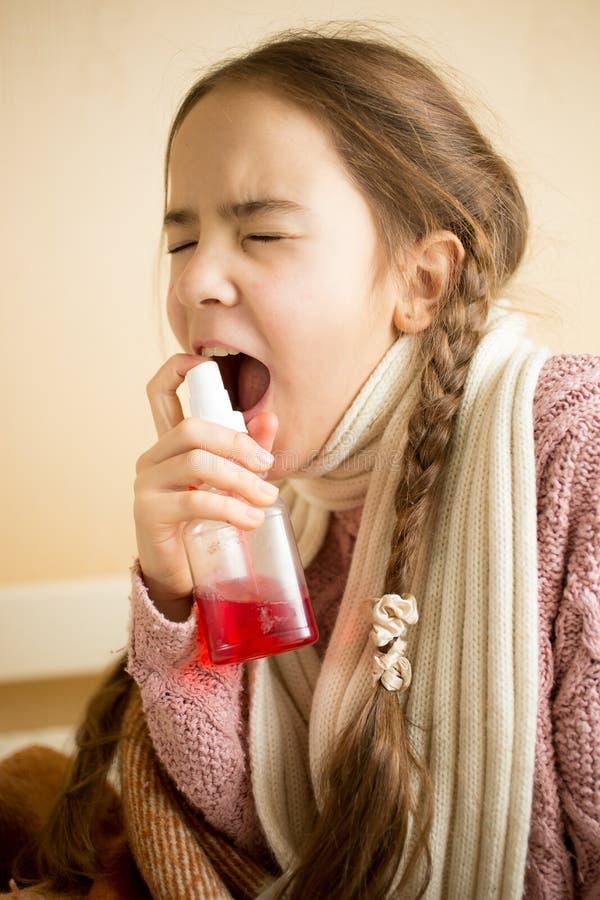 病的女孩画象毛线衣的使用喉头浪花 免版税库存图片