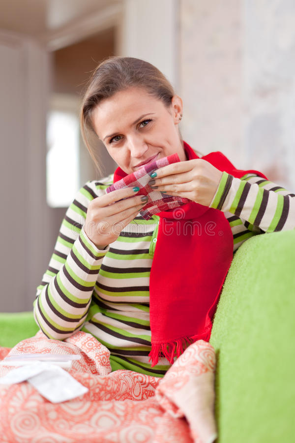 病的妇女使用手帕 图库摄影