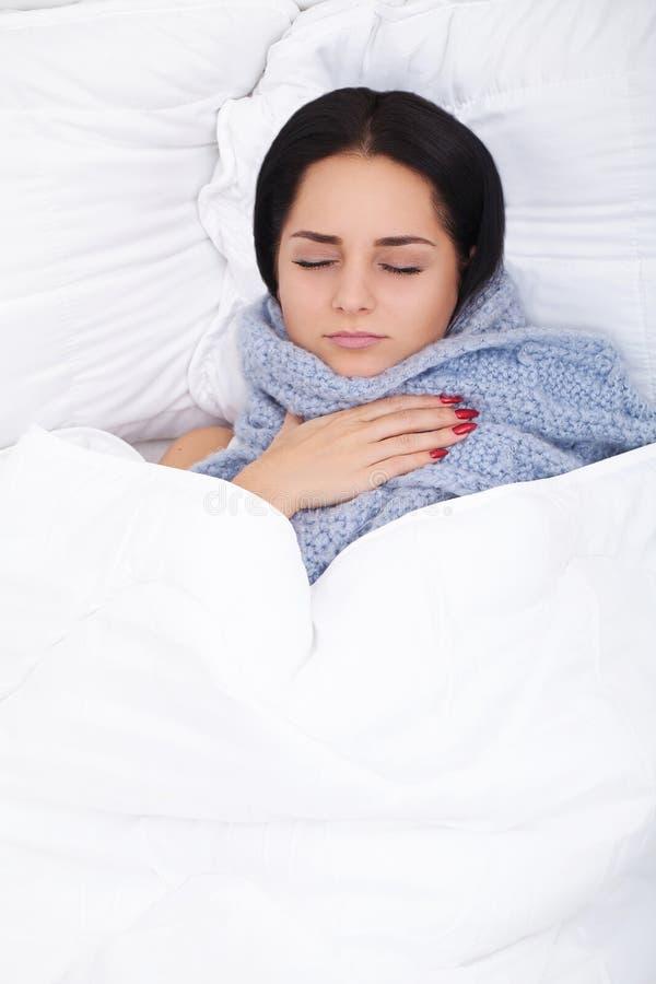 病的妇女 流感 有冷说谎的女孩在举行a的毯子下 图库摄影