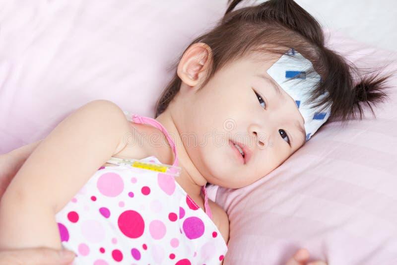 病的矮小的亚裔女孩 库存照片