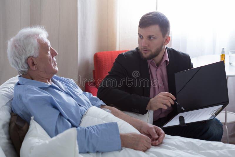 绝症患者谈话与公证员 库存图片
