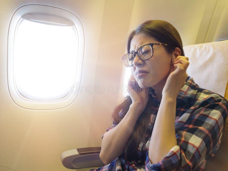 痛苦可爱的甜女性旅客感觉的耳朵 免版税图库摄影