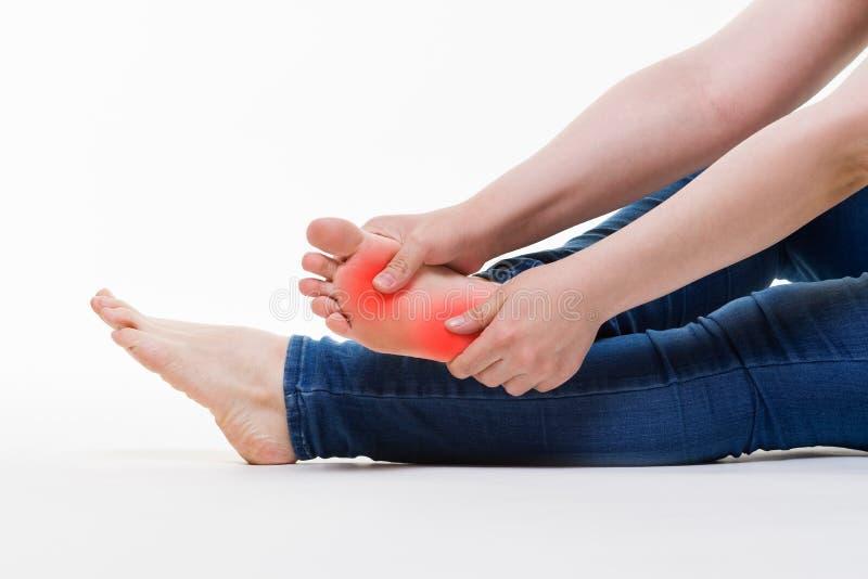 痛苦在妇女` s腿,女性脚按摩在白色背景的 库存图片