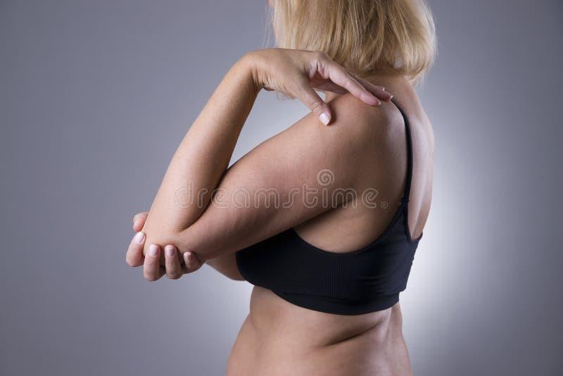 痛苦在联接,女性手关心,在妇女` s身体的疼痛 库存图片
