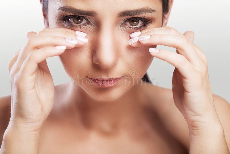 痛苦 遭受强的眼睛痛苦的疲乏的被用尽的被注重的妇女 美丽的年轻女性感觉病残画象,有Heada 免版税库存图片