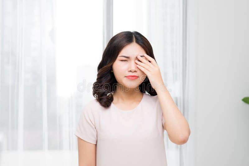 痛苦 遭受强的眼睛P的疲乏的被用尽的被注重的妇女 库存照片