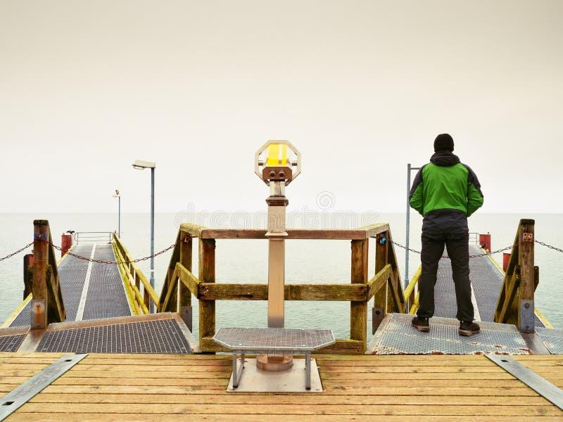 痣的,秋天有薄雾的早晨人 扶手栏杆的游人 免版税图库摄影