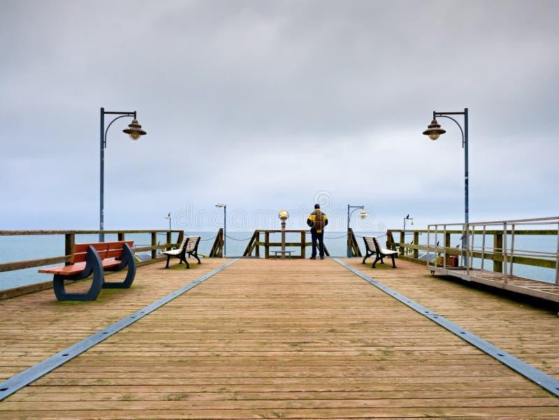 痣的,秋天有薄雾的早晨人 扶手栏杆的游人 图库摄影