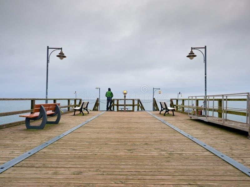 痣的,秋天有薄雾的早晨人 扶手栏杆的游人 库存图片