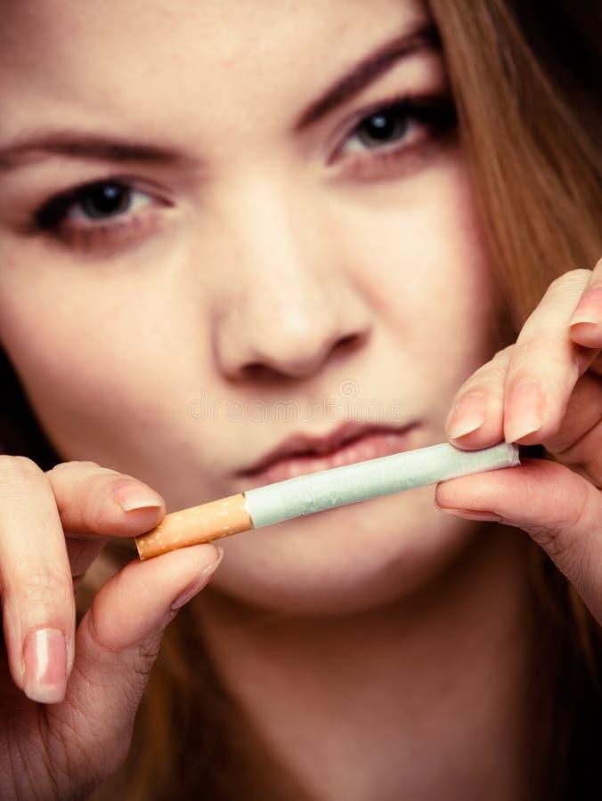 瘾。打破香烟的女孩。Quit抽烟。 免版税库存图片