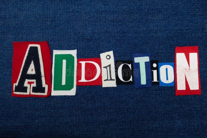 瘾文本词拼贴画、五颜六色的织品在蓝色牛仔布,恶习和治疗概念 库存图片