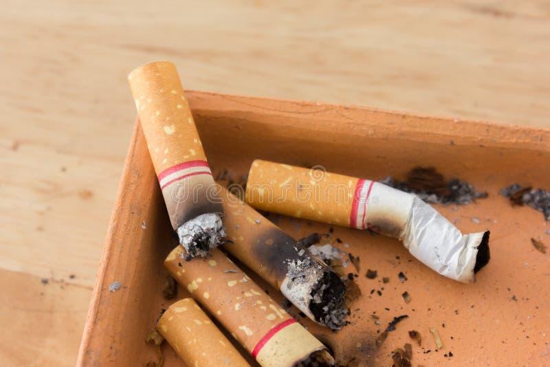 瘾烟灰缸背景坏香烟结束黑暗 烟灰缸香烟关闭 免版税库存照片