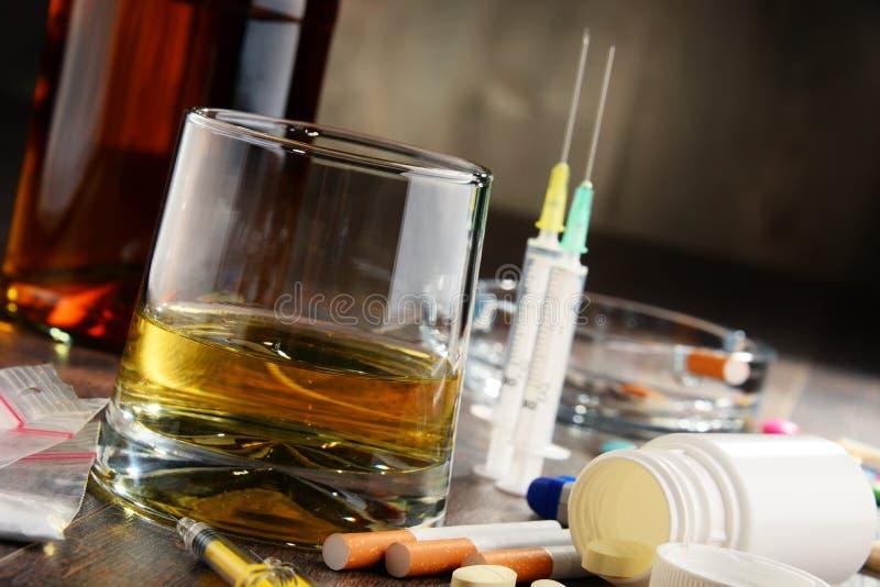 致瘾物质,包括酒精、香烟和药物 免版税库存照片