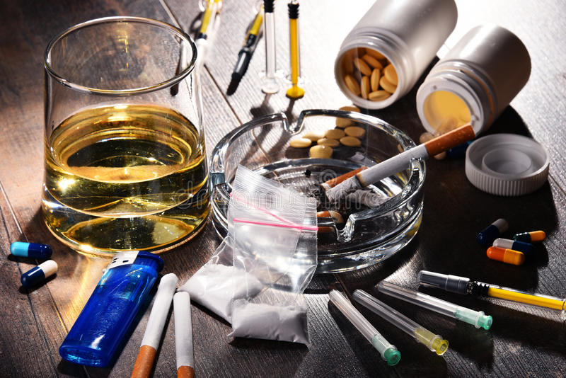 致瘾物质,包括酒精、香烟和药物 免版税图库摄影