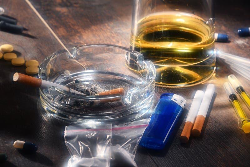 致瘾物质,包括酒精、香烟和药物 库存照片