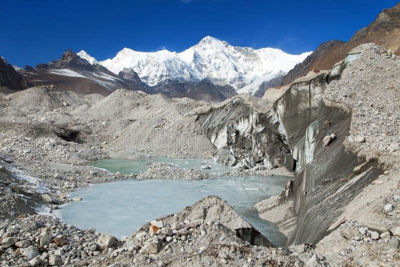 登上卓奥友峰和湖看法Ngozumba冰川的 图库摄影