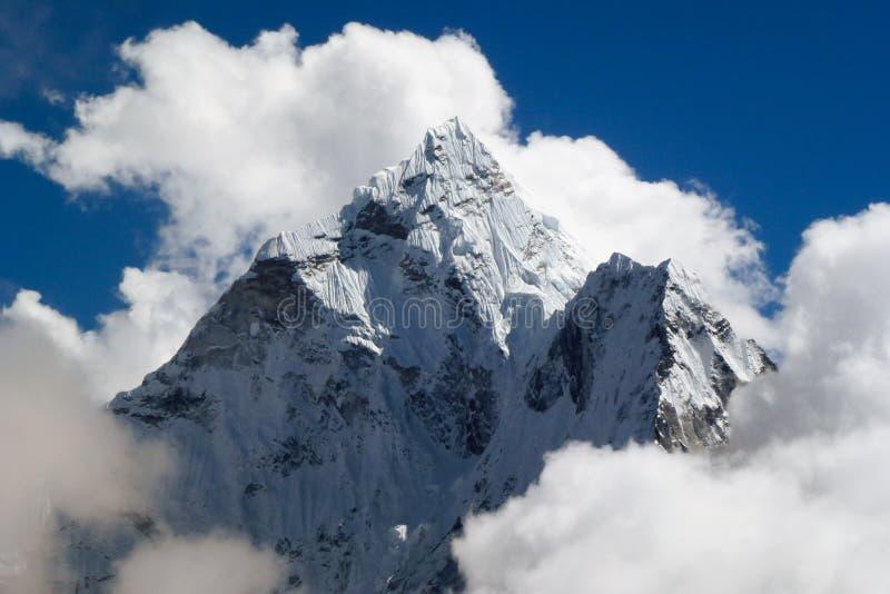登上有大云彩和蓝天的阿马Dablam,看见从Thok La通行证,珠穆琅玛营地艰苦跋涉,尼泊尔 免版税图库摄影
