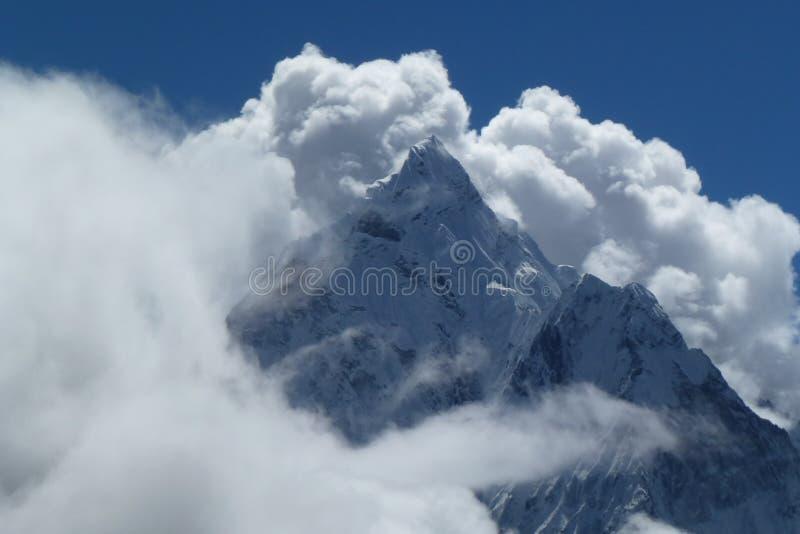 登上有大云彩和蓝天的阿马Dablam,看见从Thokla通行证,珠穆琅玛营地艰苦跋涉,尼泊尔 免版税库存照片