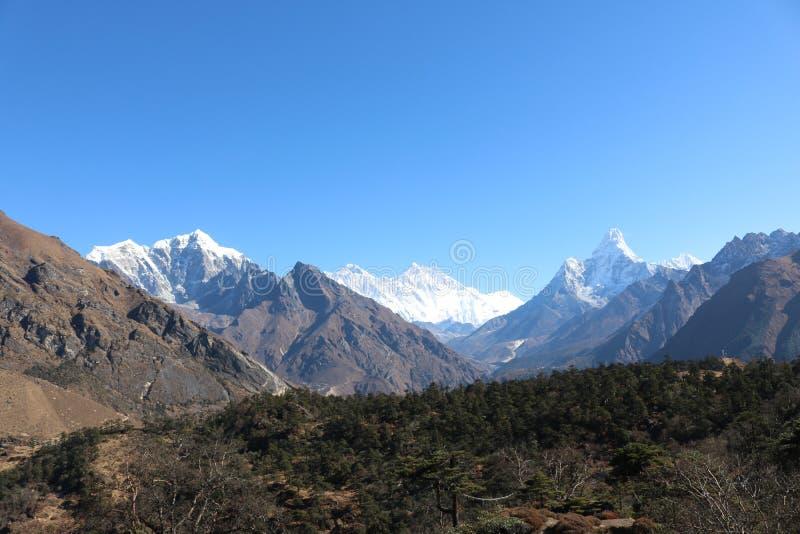 登上有美丽的天空的阿马Dablam全景美丽的景色  库存图片