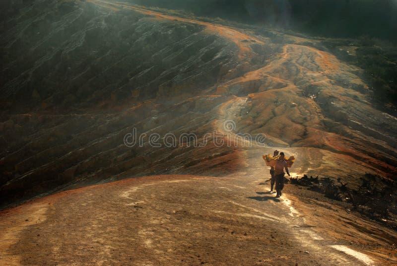 登上的伊真火山,东爪哇省,印度尼西亚硫磺矿业工作者 免版税库存照片