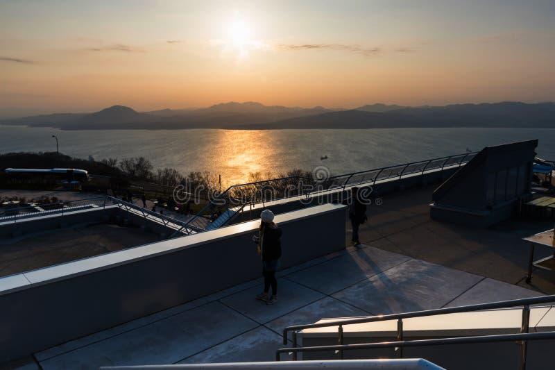 登上的函馆人们在日落 免版税库存图片