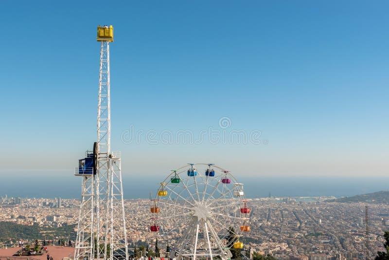 登上的Tibidabo在天空蔚蓝背景,巴塞罗那,西班牙Tibidabo游乐场 免版税库存照片