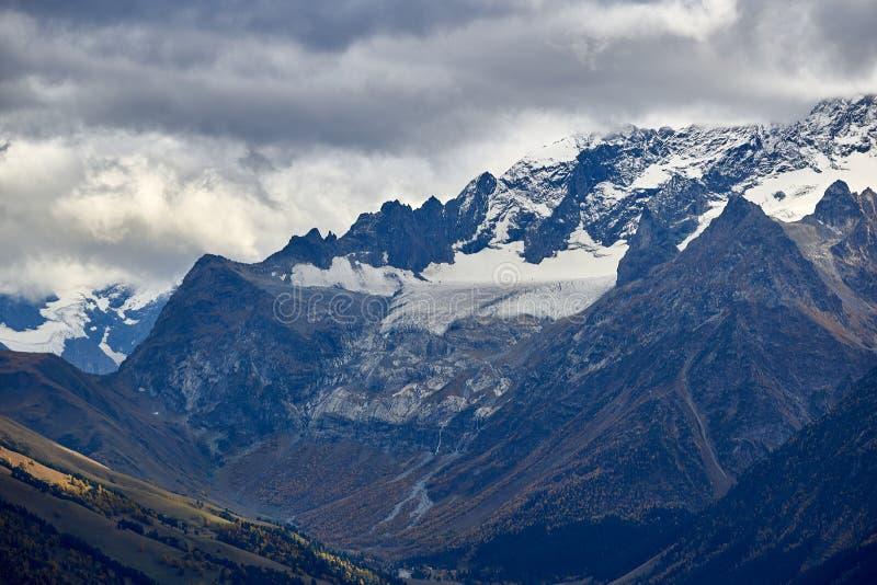 登上索菲娅,索菲娅冰川和瀑布 高加索横向山北部全景 免版税库存图片