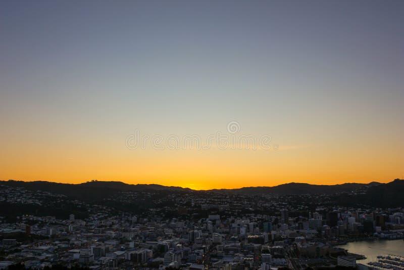 登上维多利亚监视,被采取在日落期间有一个美好的都市风景视图在惠灵顿新西兰 免版税图库摄影