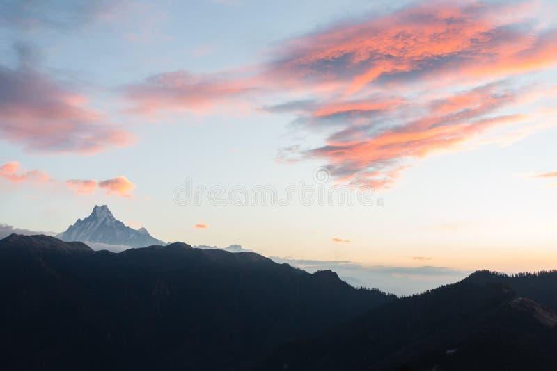 登上鱼尾峰看法从尼泊尔意思'摆尾的'从Poon小山在日出,安纳布尔纳峰保护地区的3210 m 免版税图库摄影