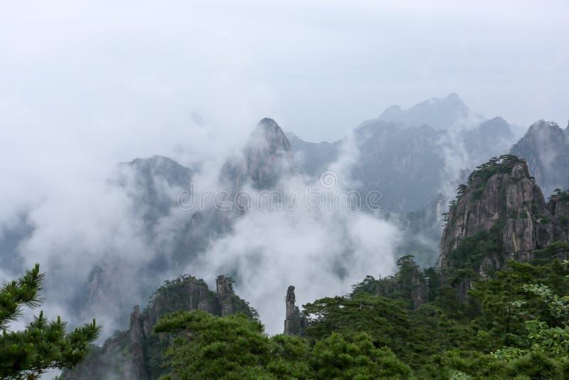 登上黄山风景区 云彩从谷涌起了  免版税库存照片