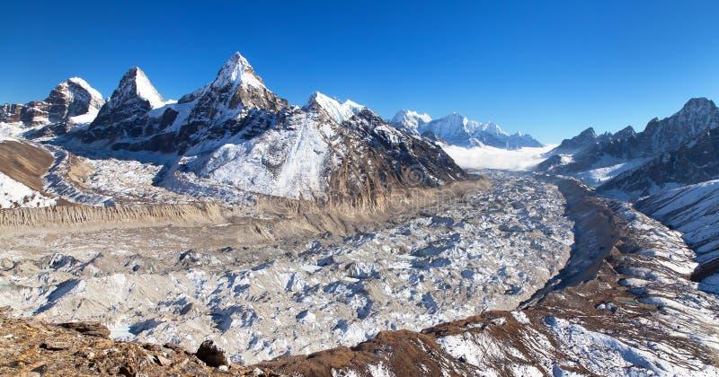 登上Cholo, Kangchung, Nirekha峰顶, Ngozumba冰川 免版税库存照片
