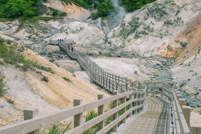 登别市地狱谷或地狱谷美好的风景视图在季节性的夏天在北海道,日本 库存照片