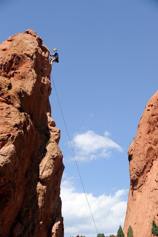 登山人上升的岩石 免版税库存图片
