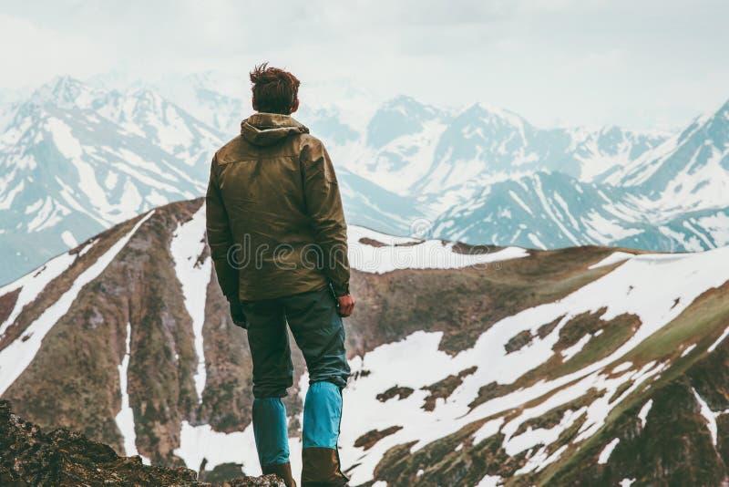 登山人人被到达的山山顶旅行生活方式 免版税库存照片