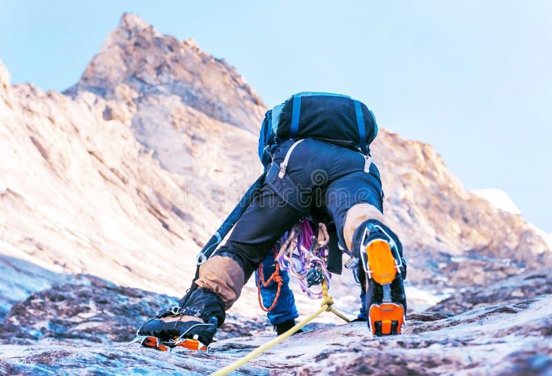 登山人到达山峰山顶  上升和mounta 库存照片