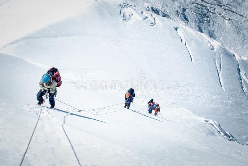 登山人到达山峰山顶  成功、自由和幸福,在山的成就 上升的体育概念 免版税库存图片