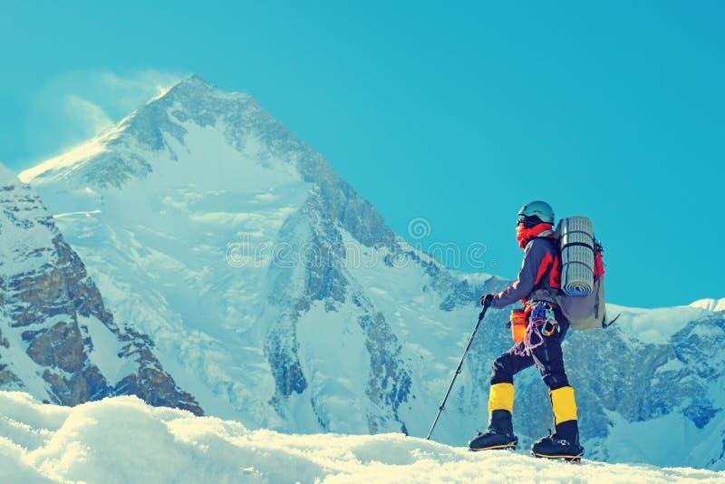登山人到达山峰山顶  成功、自由和幸福,在山的成就 上升的体育概念 免版税库存照片