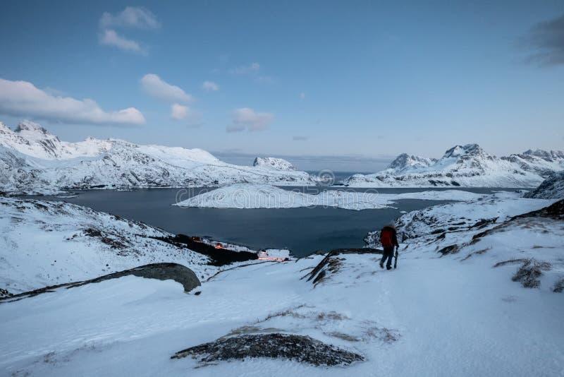 登山人在与天空的多雪的山丢失了在北冰洋 免版税库存图片
