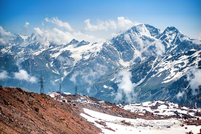 登山人基地从几个大厦的在厄尔布鲁士峰倾斜离电车不远的 库存图片
