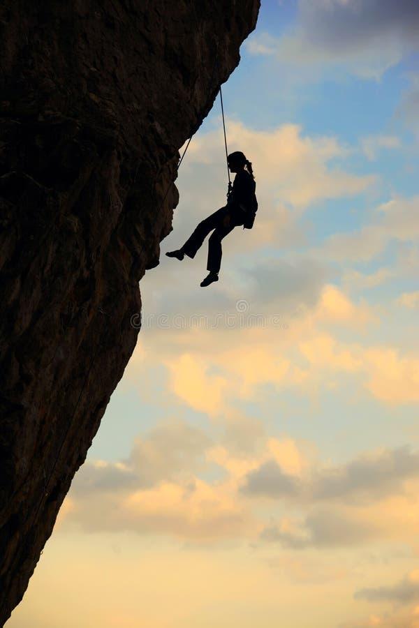 登山人多云岩石剪影天空 库存照片